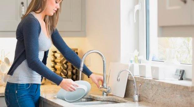 mulher-lavando-louca